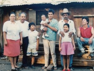 familia salvadoreña frente a su casa
